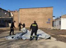 Strażacy KM PSP w Krakowie wspierają szpitale na terenie Krakowa. Namioty pneumatyczne - sprawione.