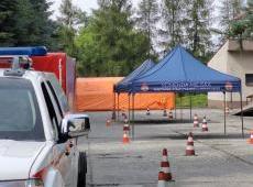 Strażacy pomagają w punkcie pobierania wymazów na koronawirusa.